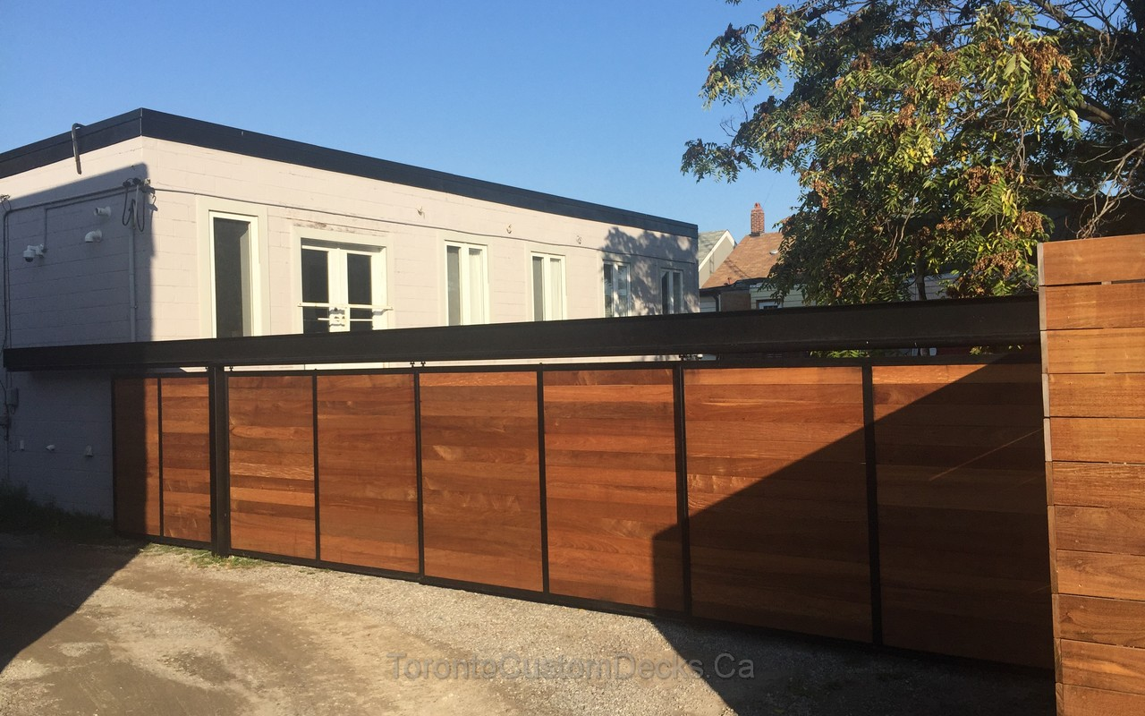 PVC deck with pergola and retractable fence